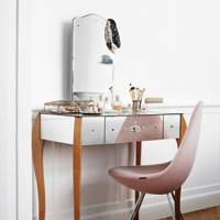Small Bedroom: Mirrored Dressing Table