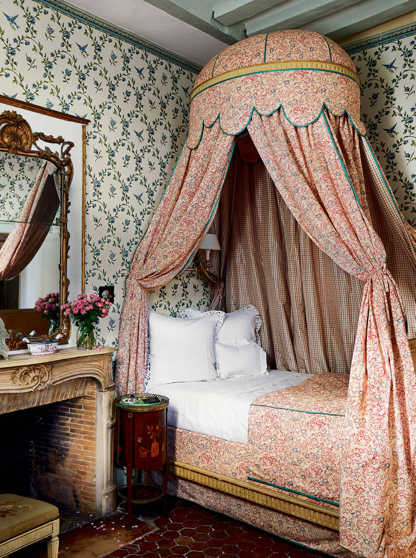 20 ideas for canopy beds to inspire your own country house-style bedroom