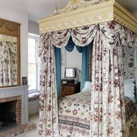 Grand four-poster bed with chintz dressing