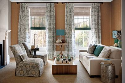 Roman blind paired with light linen curtains - design ideas for curtains and blinds