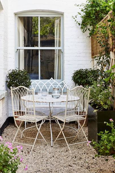 The Young Designer Octavia Dickinsonu0027s Battersea Flat Captures The Essence  Of An English Cottage, No More So Than In The Narrow Slice Of Garden That  Sheu0027s ...