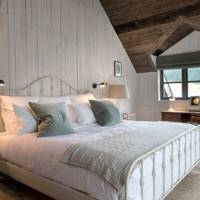 Cabin Bedroom with Neutral Scheme